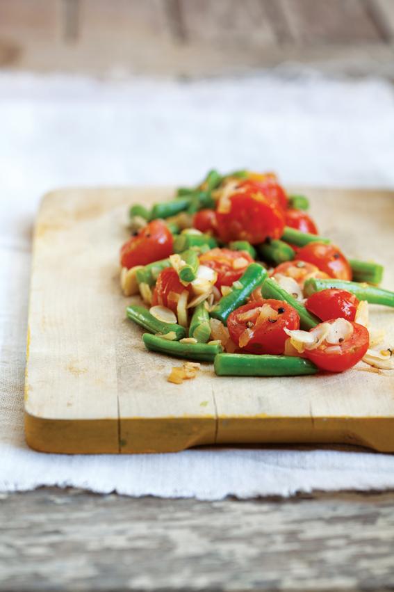 שעועית ירוקה מוקפצת עם בצל ועגבניות. צילום: דניאל לילה סטיילינג: טליה גון אסיף