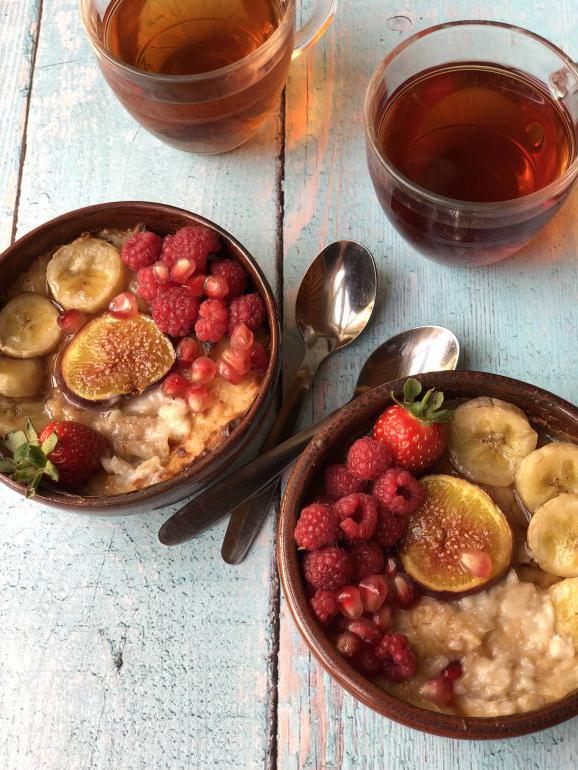דייסה חמה ומתוקה עם פירות יער ובננות. צילום: זהר לוסטיגר בשן