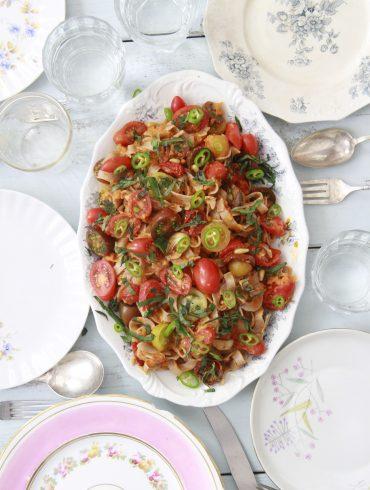 פסטה עם עגבניות צלויות וטריות. צילום: זהר לוסטיגר בשן
