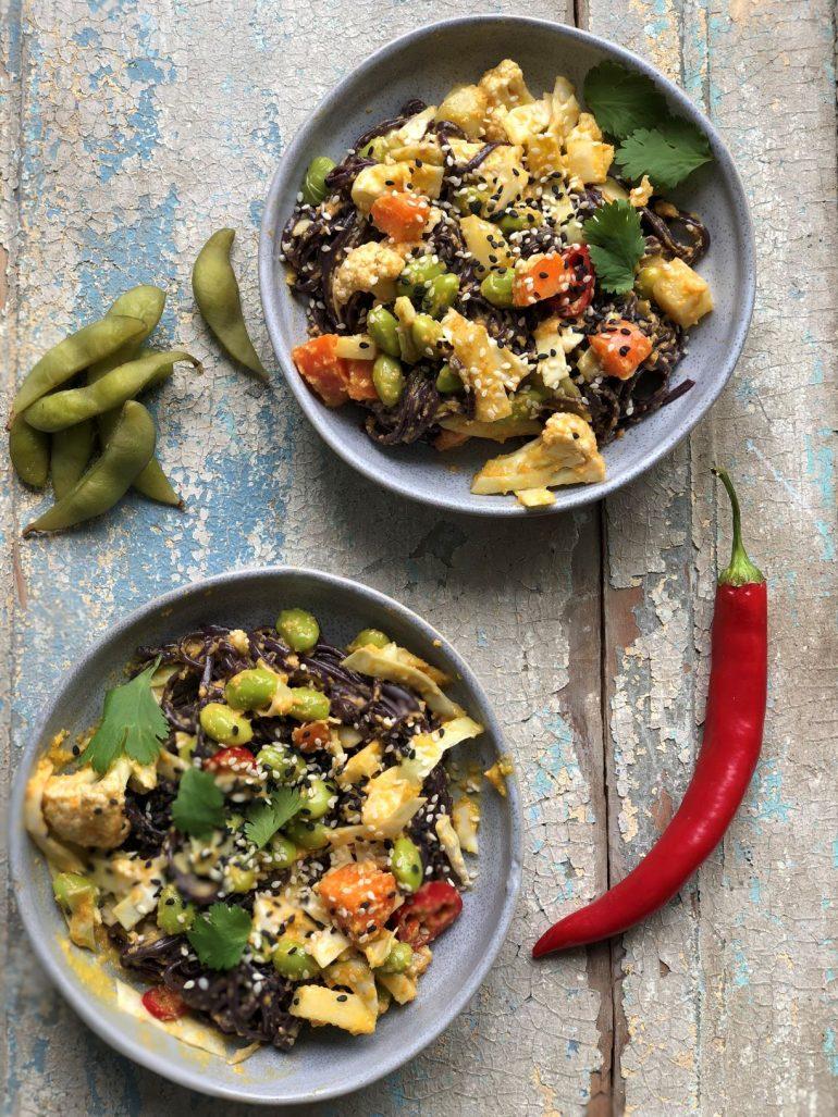 קערת בודהה אטריות אורז שחור. צילום: זהר לוסטיגר בשן