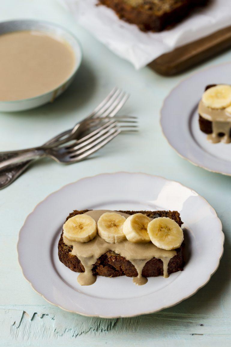 עוגת בננות עם קרם טחינה-שקדים. צילום: שני הלוי