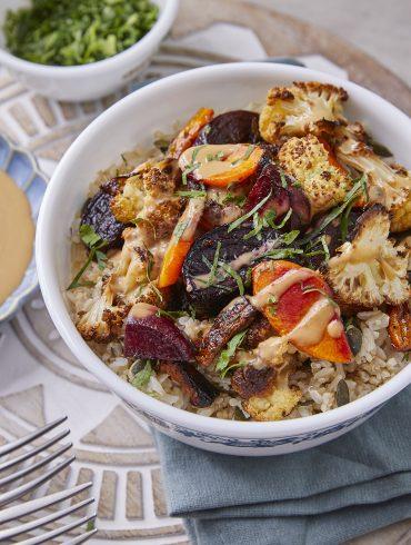 אורז קינואה וירקות ברוטב מיסו-טחינה. צילום: אפיק גבאי