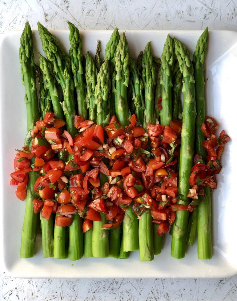 אספרגוס עם סלסת עגבניות. צילום: זהר לוסטיגר בשן