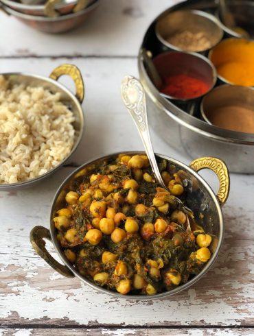 צ'אנה מסאלה תבשיל הודי של חומוסים ותרד. צילום: זהר לוסטיגר בשן