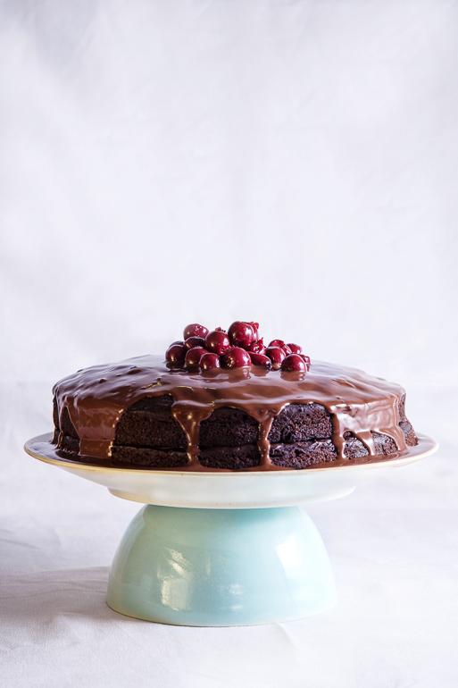 עוגת שוקולד טבעונית עם דובדבני אמרנה. צילום: שרית גופן